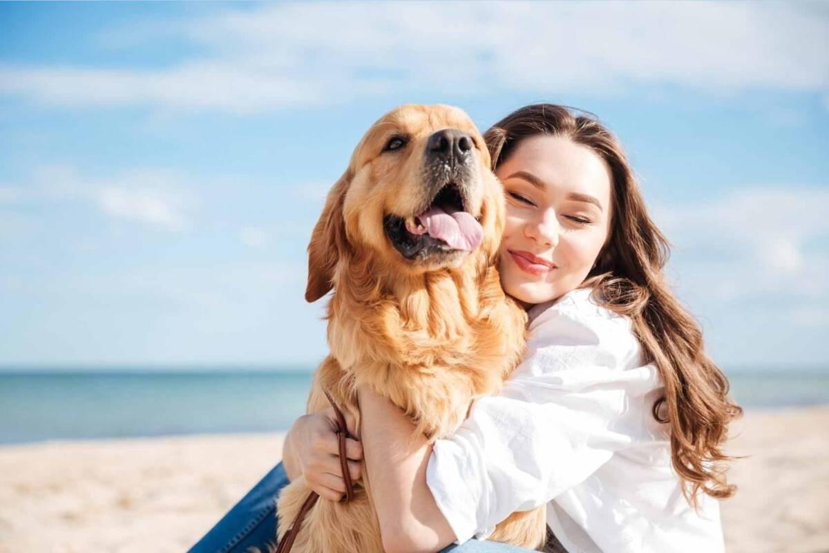 mujer perro mascota playa