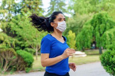 mujer correr parque covid