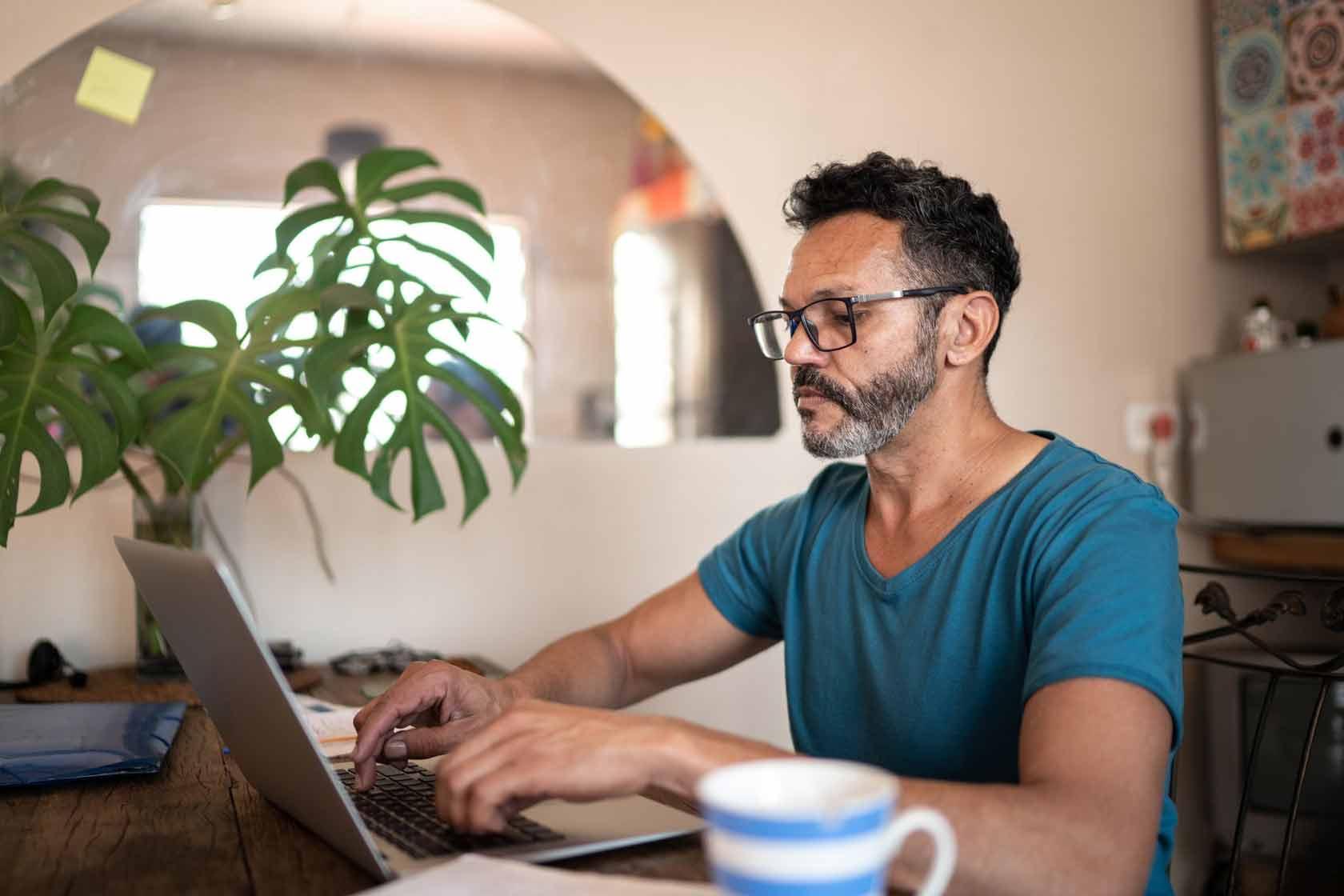 laptop hombre trabajando